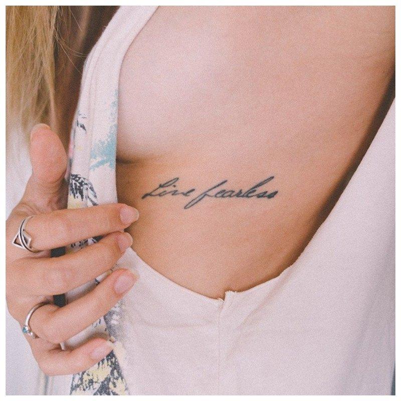 Užrašas po krūtinės tatuiruote