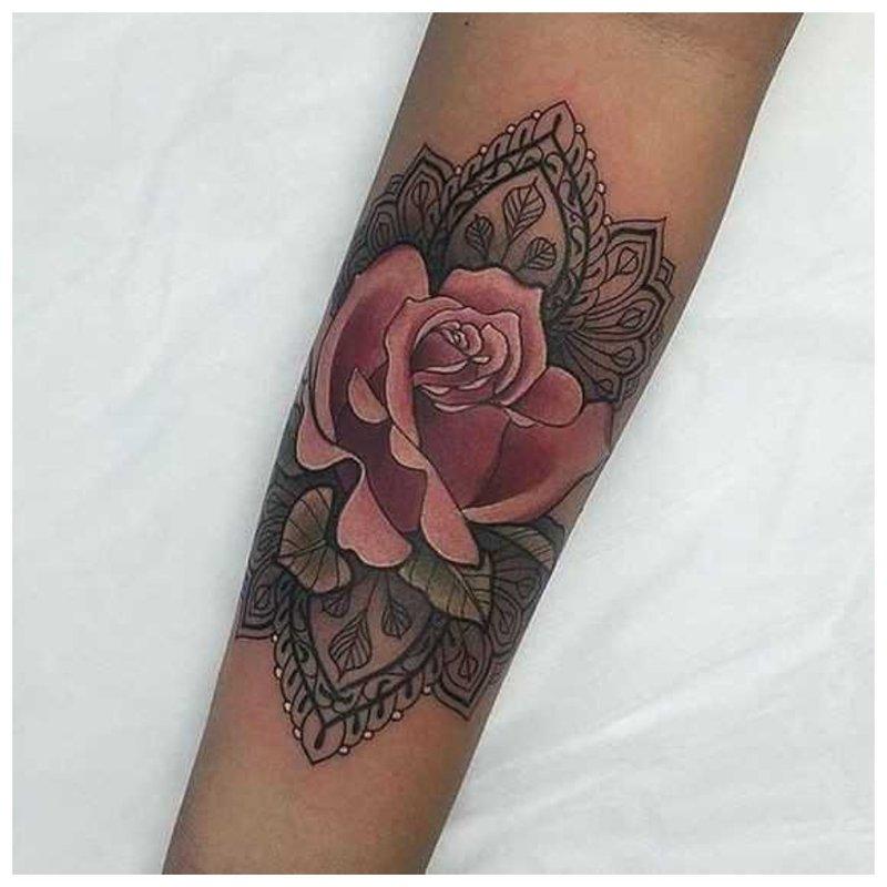 Didelė rožių tatuiruotė