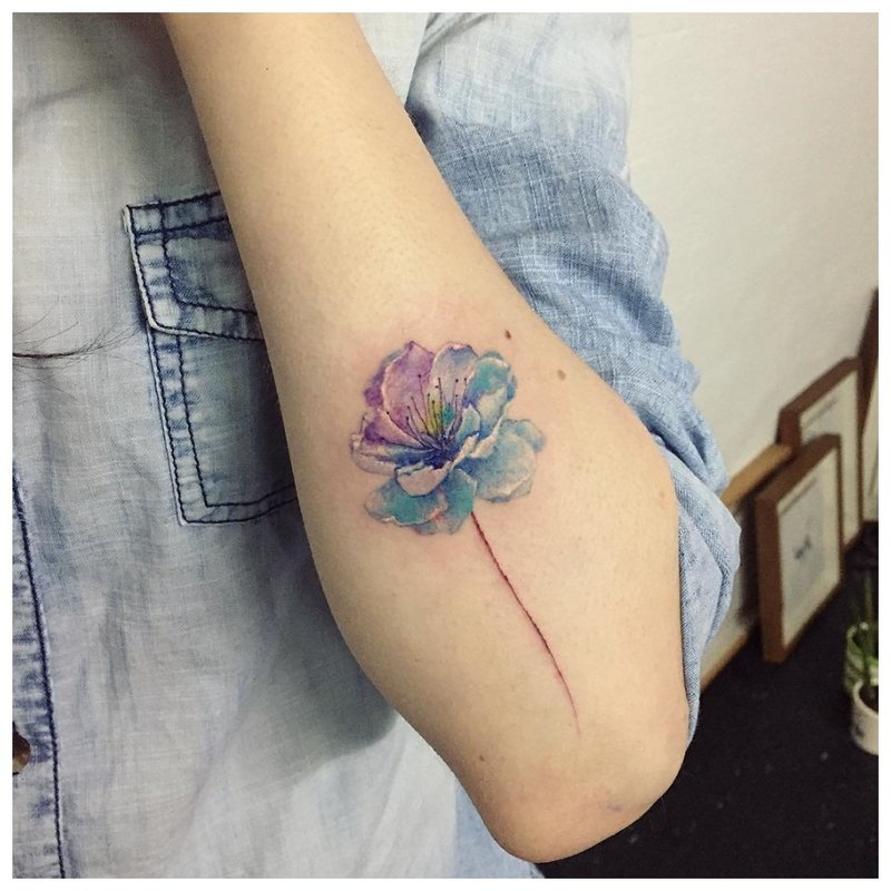 Akvarelės gėlių tatuiruotė ant rankos
