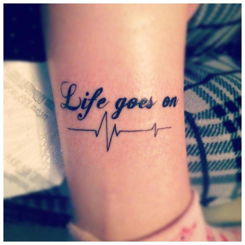 Neįprastas tatuiruotės užrašas