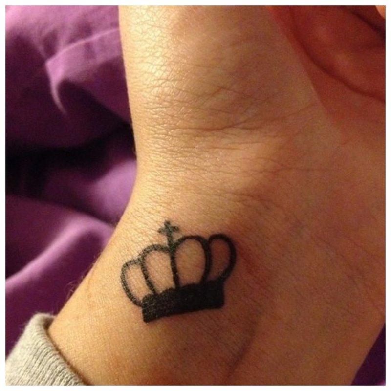 Graži tatuiruotė ant merginos rankos