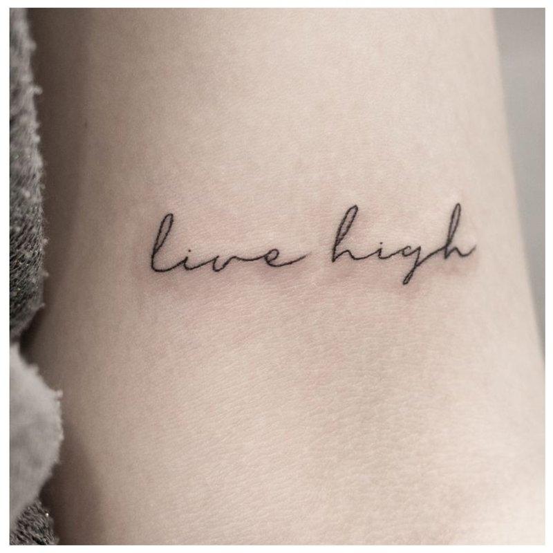 Užrašas tatuiruotė angliškai