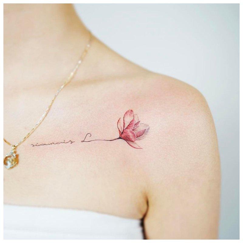 Spalvota tatuiruotės raktikaulio šakelė