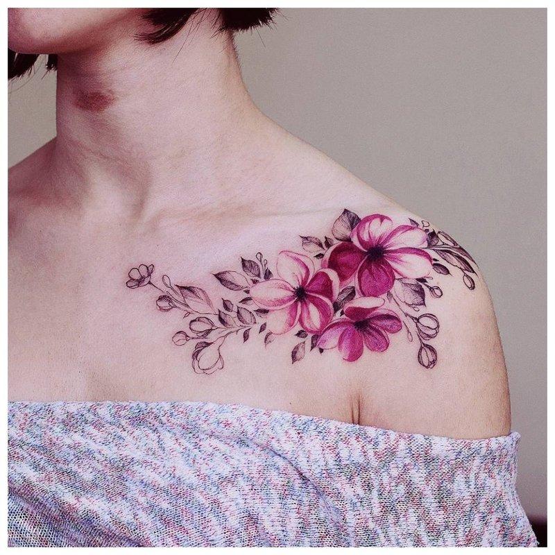 Spalvota tatuiruotė ant apykaklės ir peties