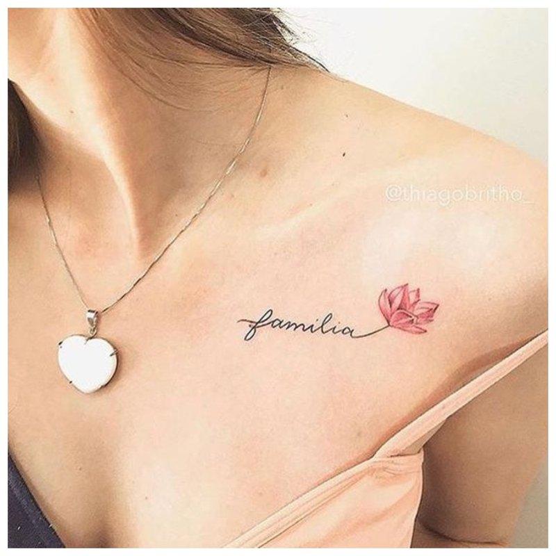 Tatuiruotės užrašas ant raktikaulio