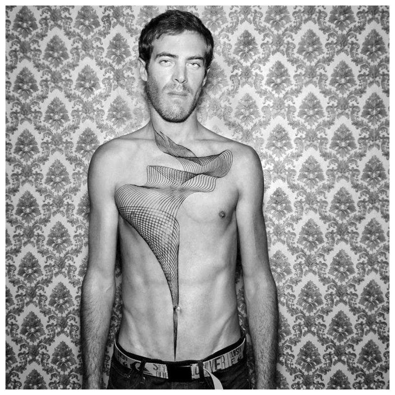 Vyras su tatuiruote ant krūtinės