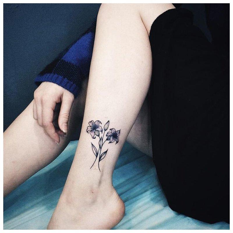 Supjaustytos gėlės ant kojos kaulo