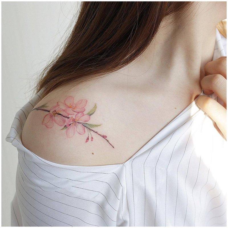 Subtili gėlių tatuiruotė ant peties