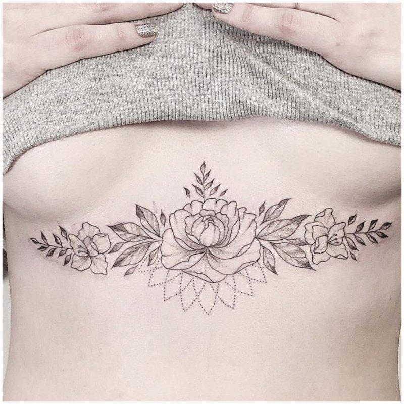 Gėlių tatuiruotė po krūtine