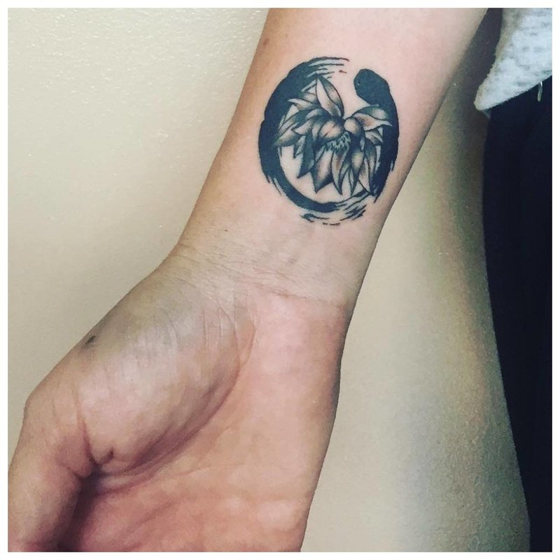 Neįprasta riešo tatuiruotė