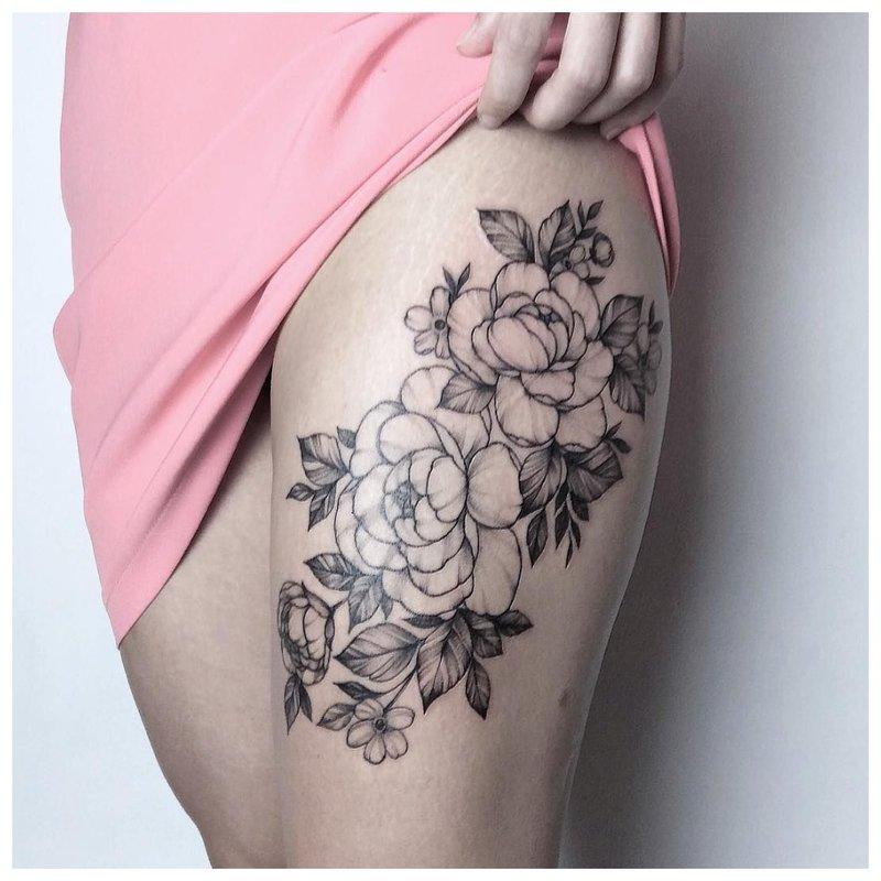Gėlių tatuiruotė ant mergaitės klubo