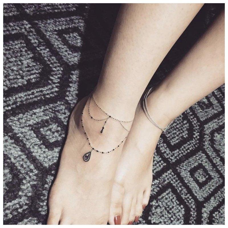 Ant kojos dvi plonos tvarkingos grandinėlės