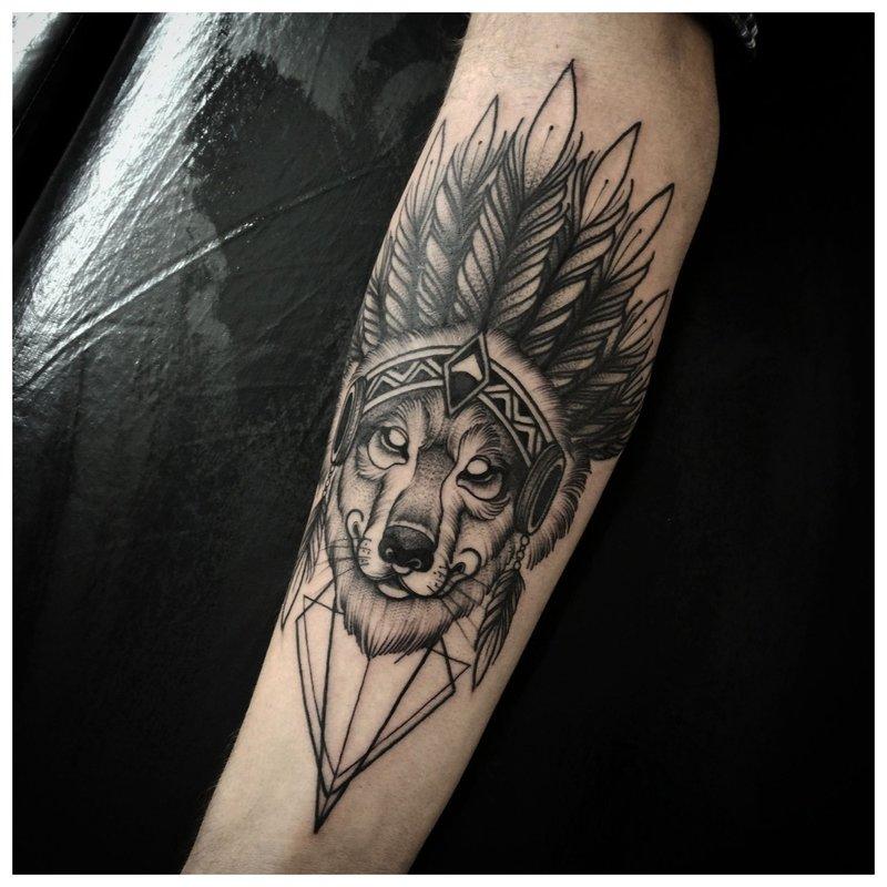 Ongebruikelijke wolfentattoo op de arm van een man