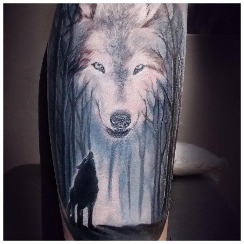 Tatoeage van een wolf op het kalf van een man