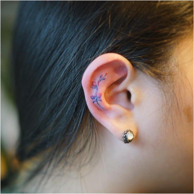 Tvarkinga ausų tatuiruotė