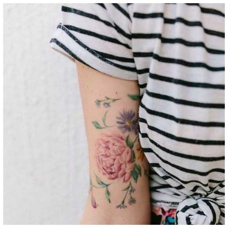 Gėlių temos tatuiruotė mergaitei