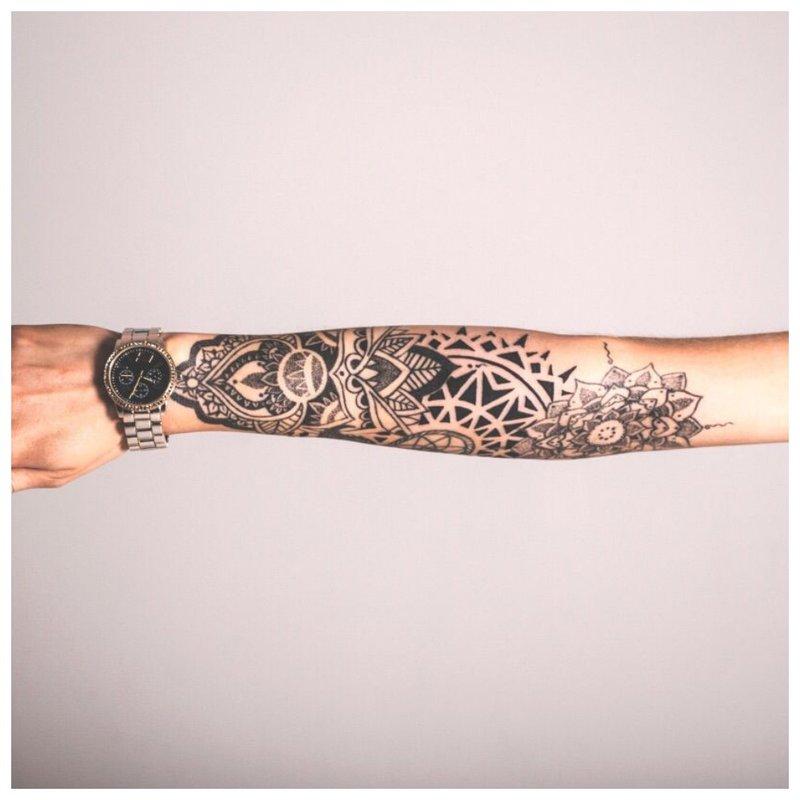 Moteriška visos rankos tatuiruotė