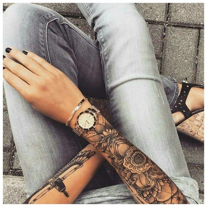 Stilinga tatuiruotė ant merginos rankos