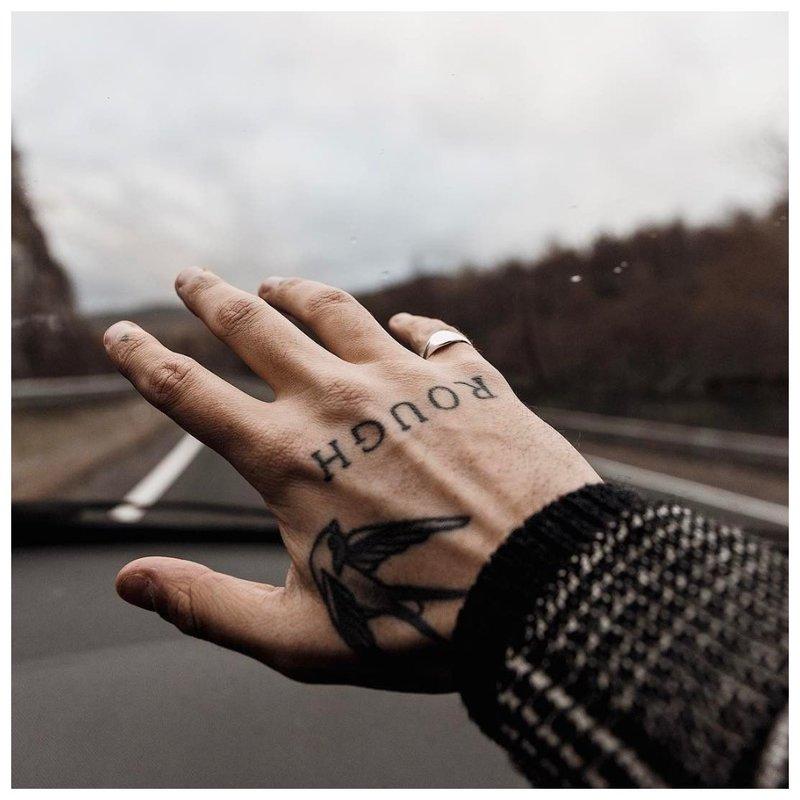 Originali tatuiruotė ant vyro rankos