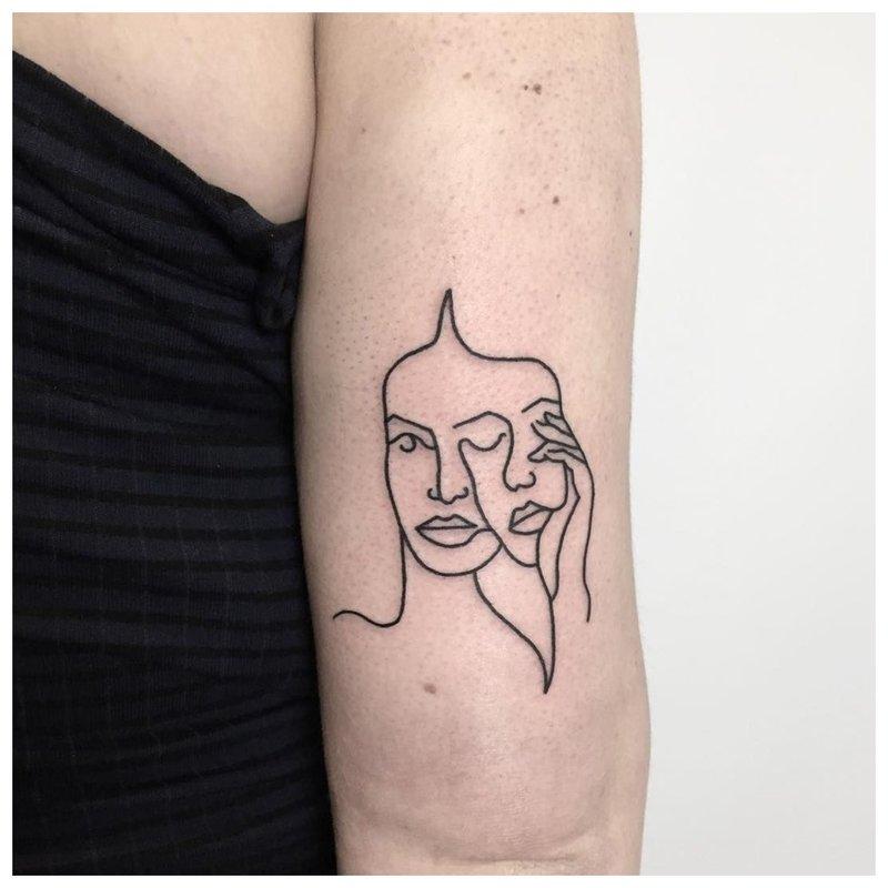 Kontūro tatuiruotė mergina