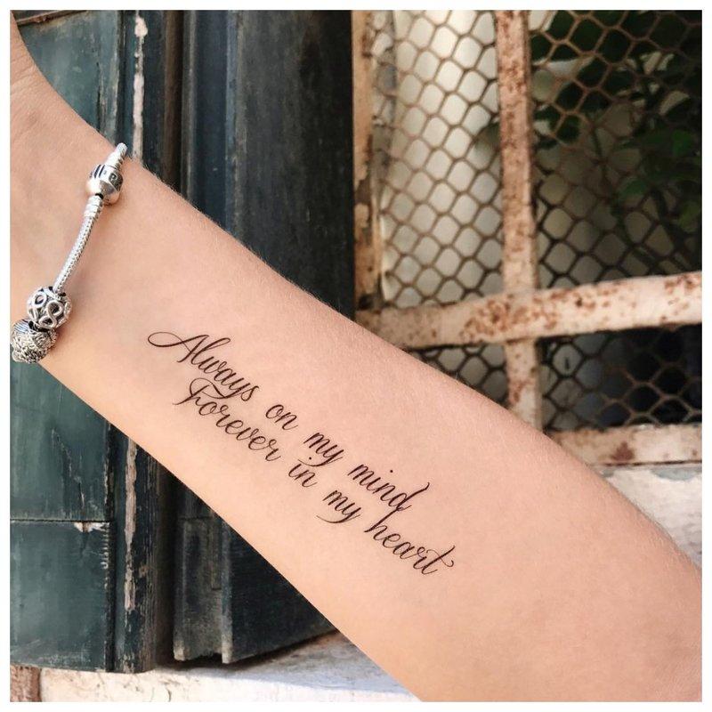 Gražus tatuiruotės užrašas ant riešo