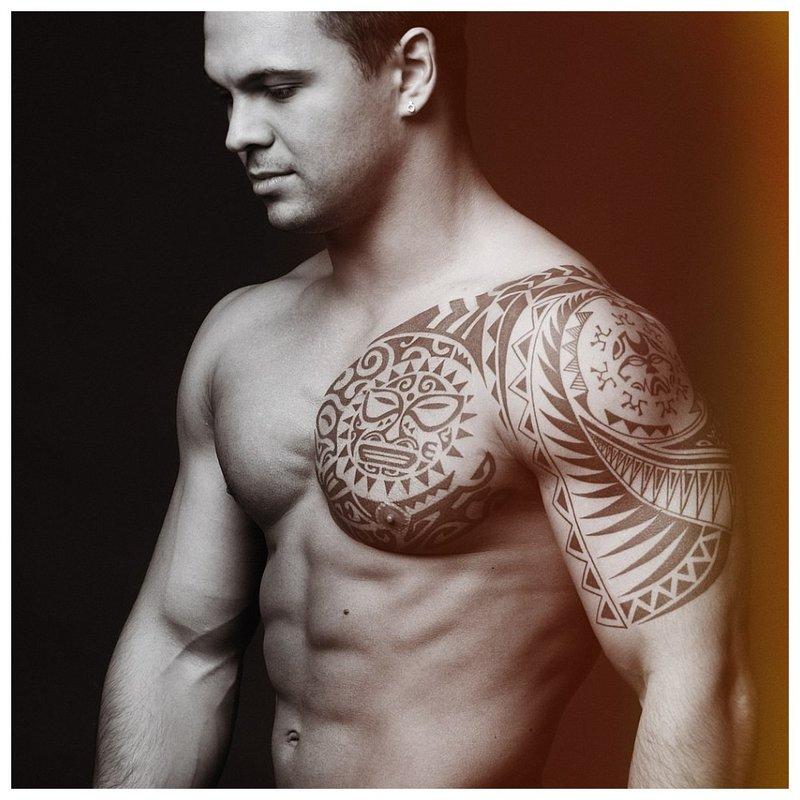 Vyras su keltų tatuiruote
