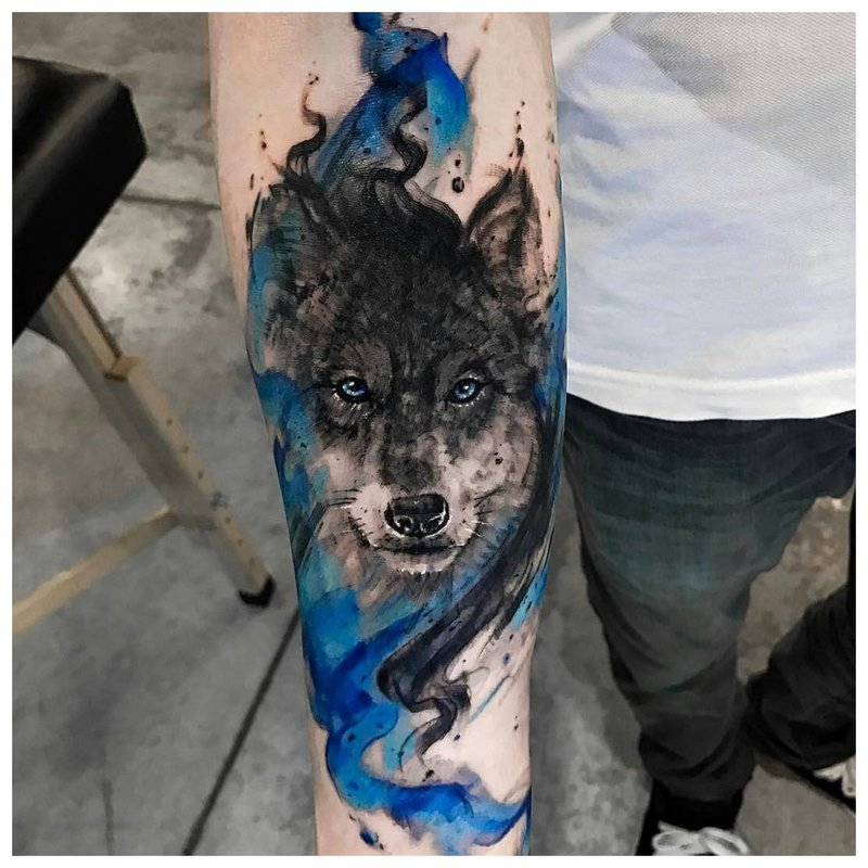 Wolf in kleurstijl - armtattoo