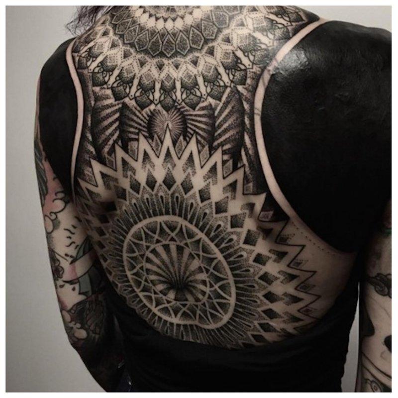 Blackwork-tatoeage op de rug