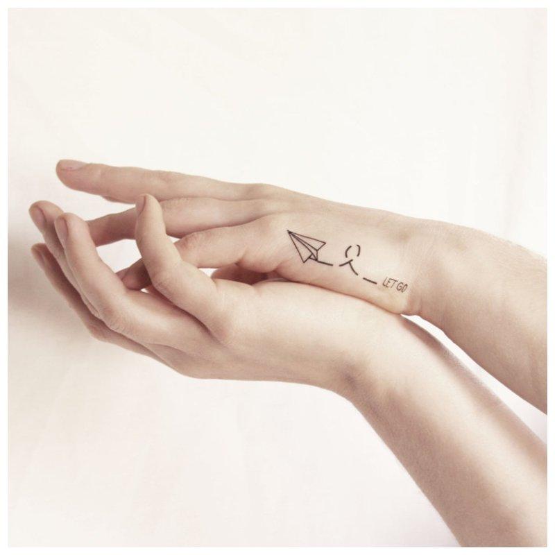 Tatuiruotės ranka užrašyta raidė