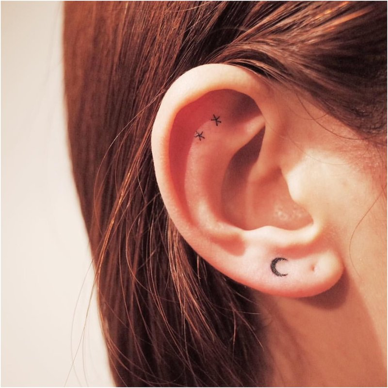 Labai minimali tatuiruotė ant ausies