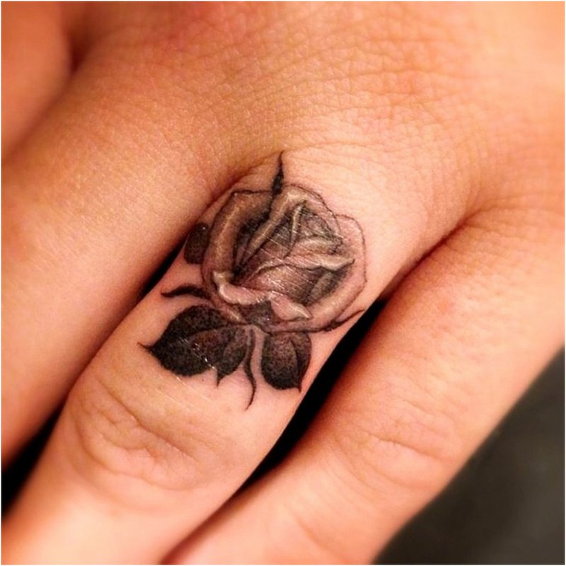 Rožės tatuiruotė ant piršto