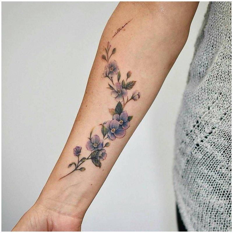 Tvarkinga gėlių tatuiruotė ant rankos