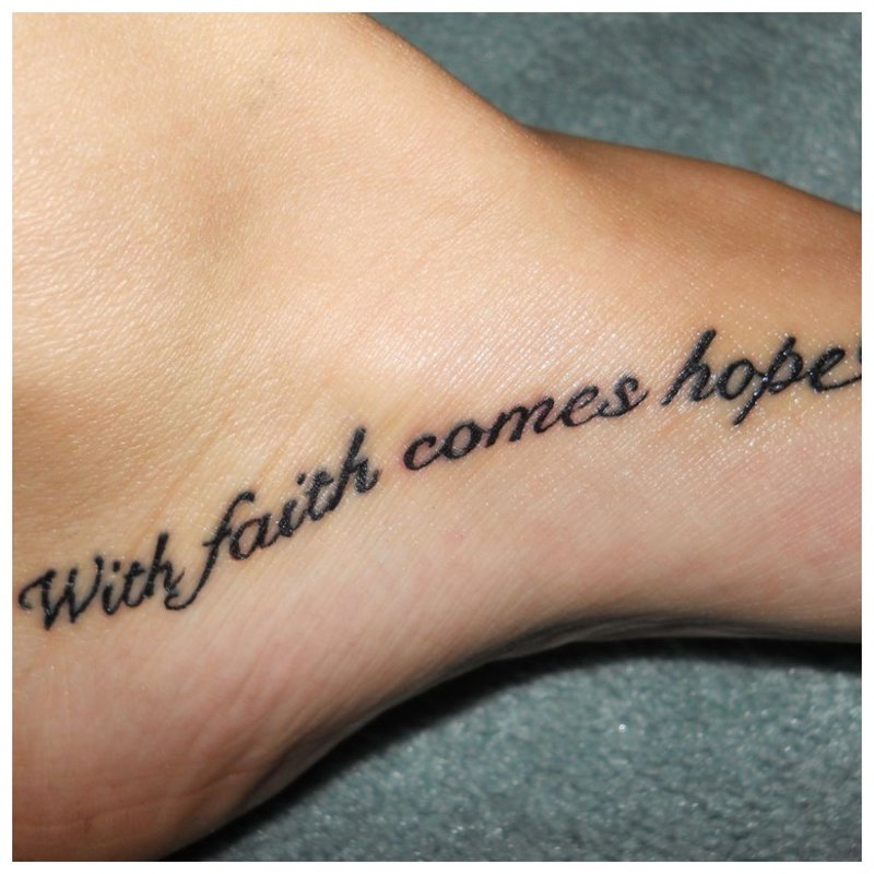 Gražus tatuiruotės užrašas ant kojos
