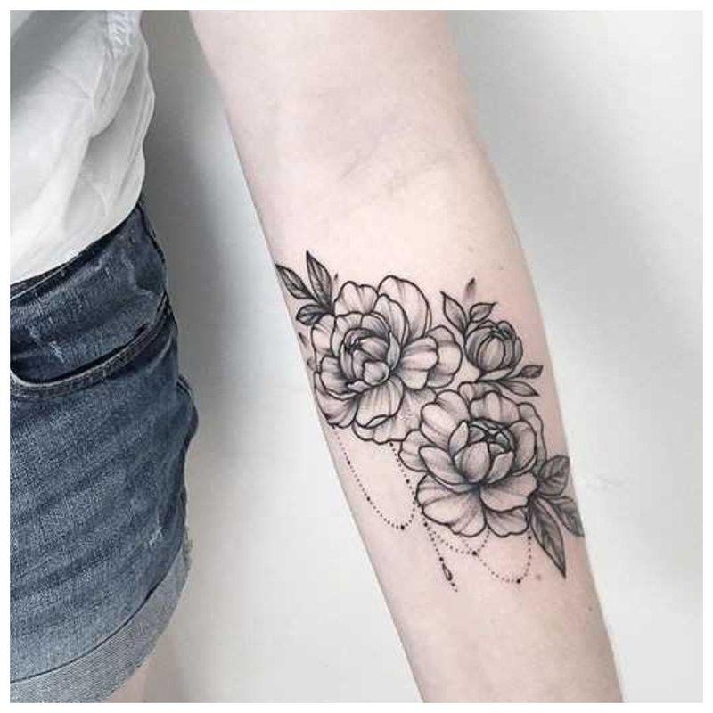Pilna rankos tatuiruočių mergina