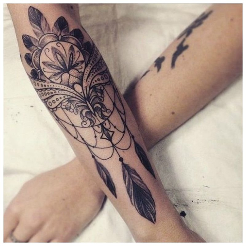 Tatuiruotės omletas merginos rankose