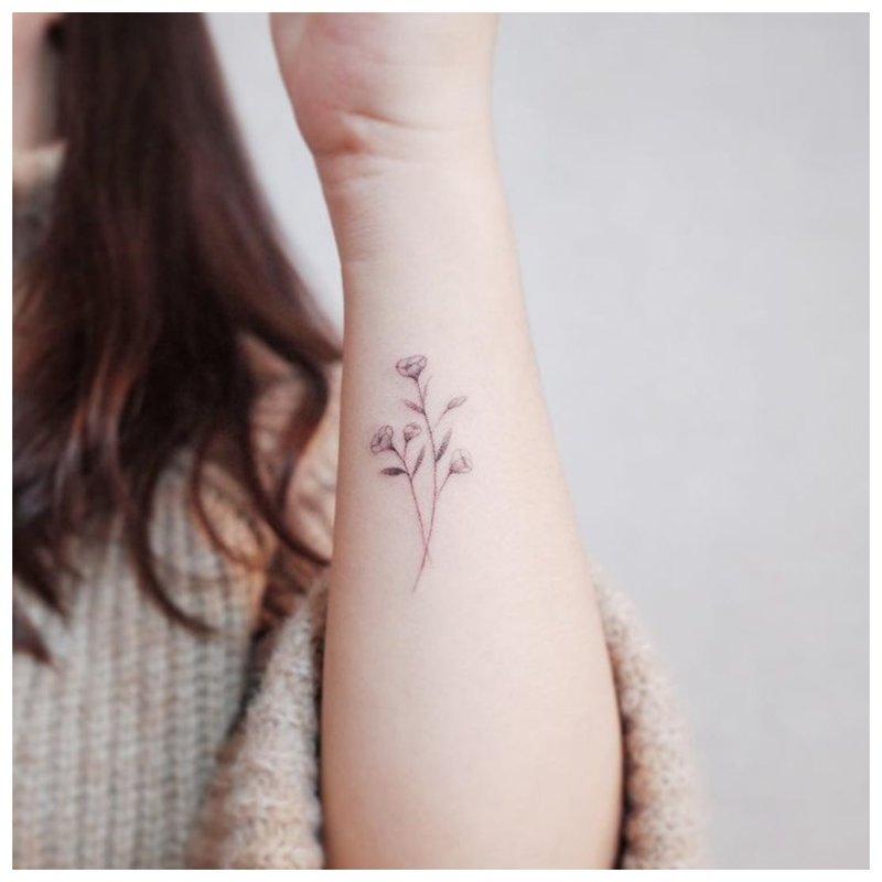 Konkurso gėlių tatuiruotė ant rankos