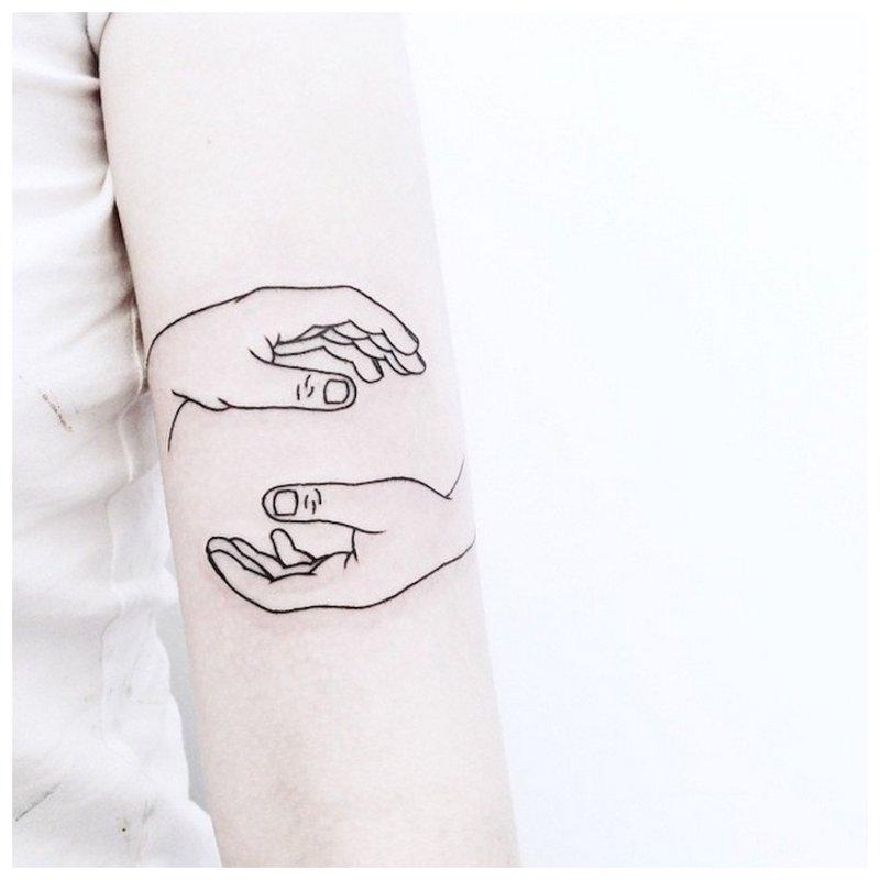 Dviejų rankų kontūravimo tatuiruotė