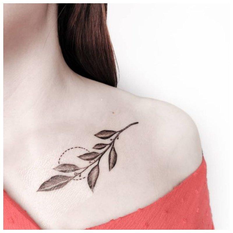 Tvarkinga šakelės - raktikaulio tatuiruotė