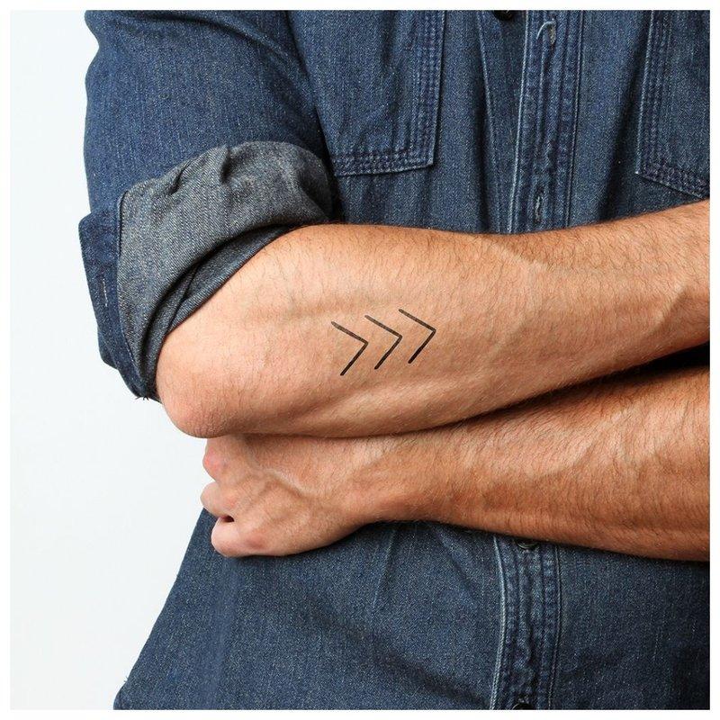 Maža tatuiruotė ant vyro rankos