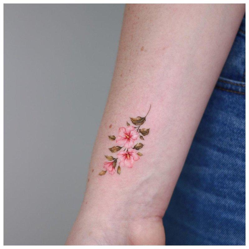 Gėlių riešo tatuiruotė
