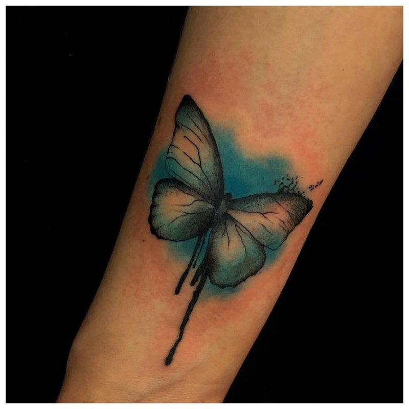 Drugelis - mergaičių riešo tatuiruotė