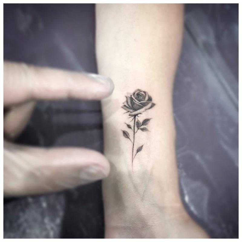 Maža gėlė - švelnus tatuiruotė ant riešo