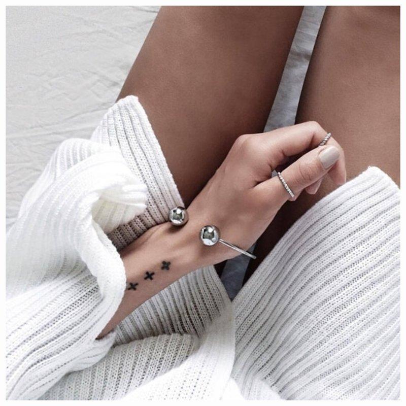 Simboliai ant riešo tatuiruotės