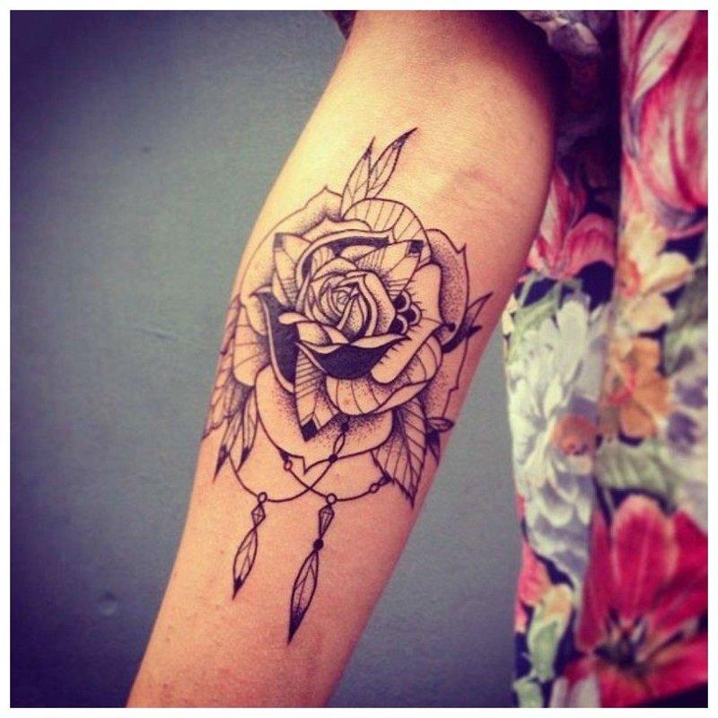 Tatuiruotė ant mergaitės rankos rožės pavidalu