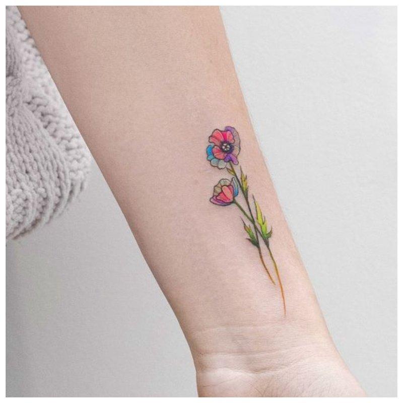 Gėlė - tatuiruotė mergaitei