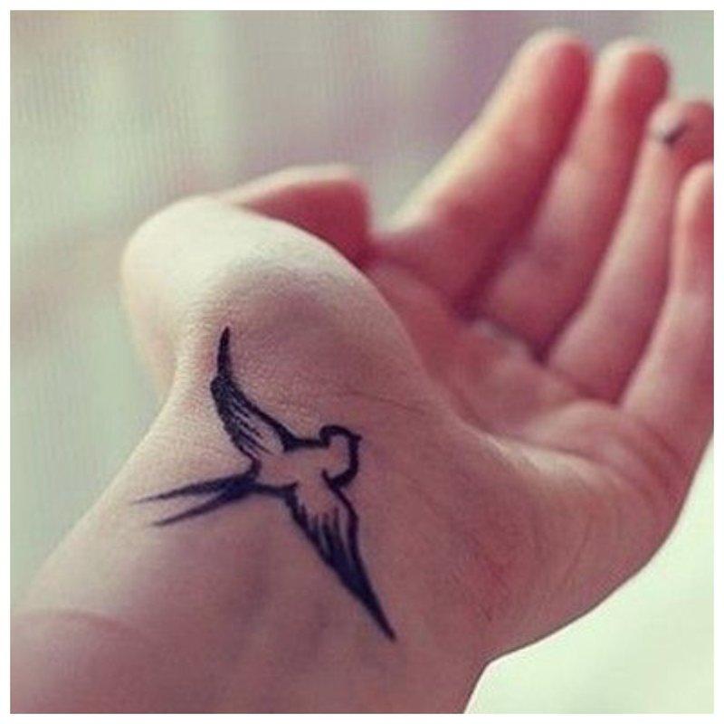 Nurijimas - tatuiruotė ant riešo