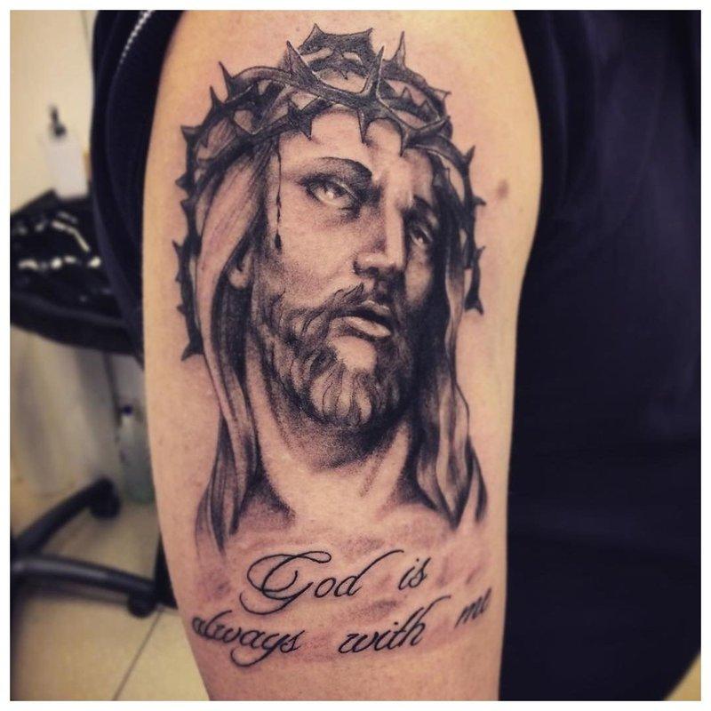 Tatuiruotės užrašas su Jėzaus portretu