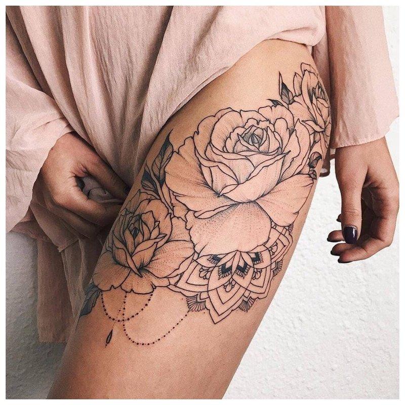 Subtili graži tatuiruotė šlaunies vidinėje pusėje