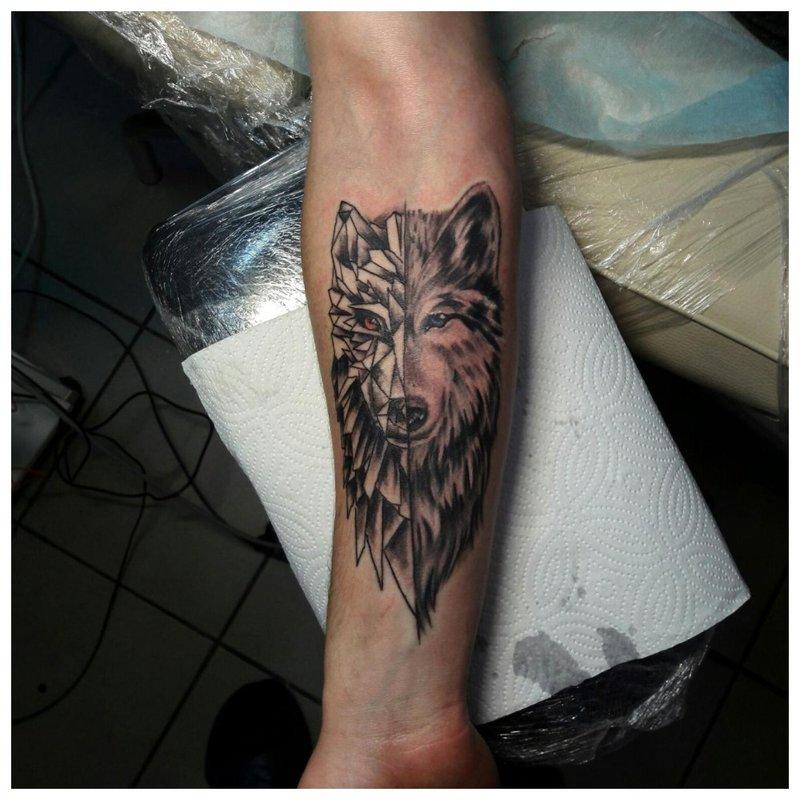 Originele tatoeage van een wolf op de arm van een man