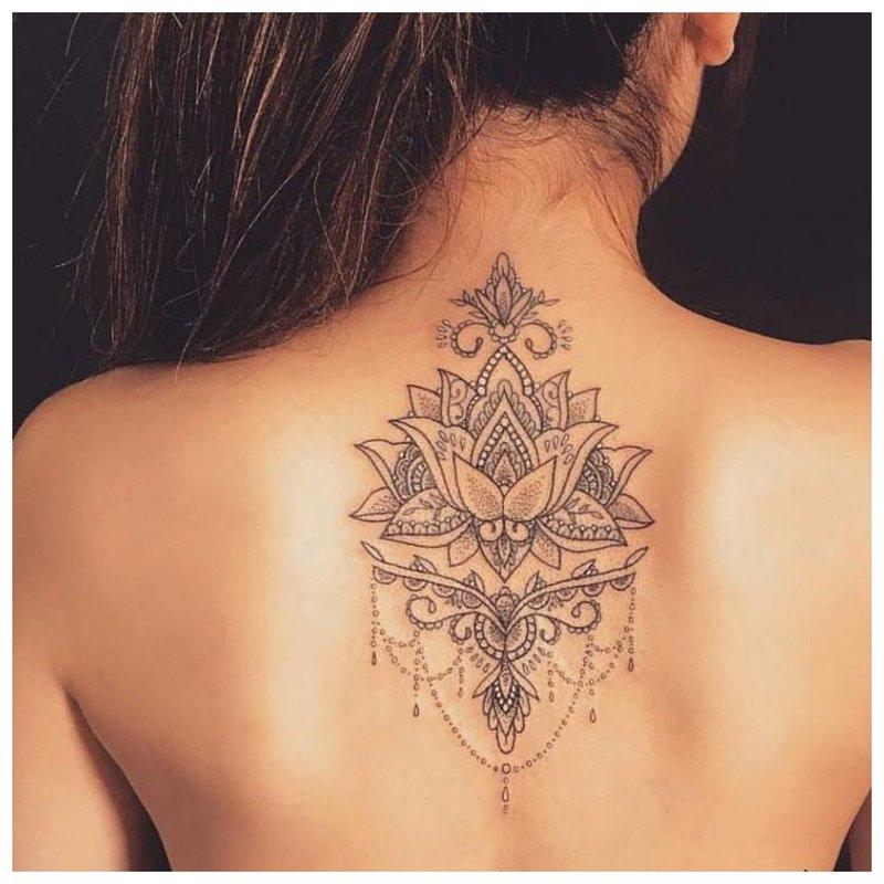 Rytietiška nugaros tatuiruotė